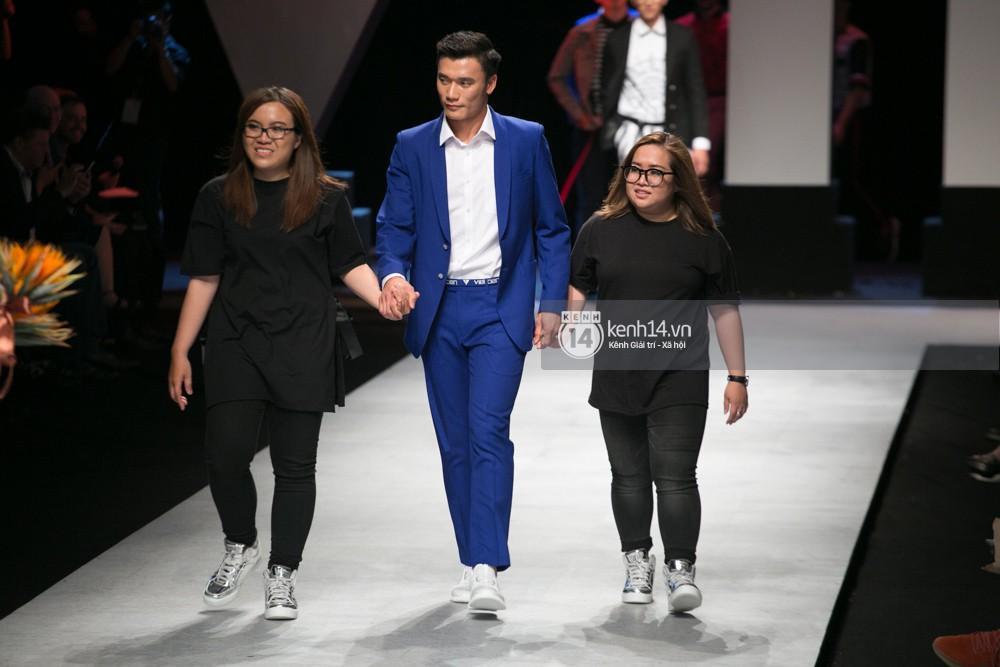 Bùi Tiến Dũng nắm tay hai NTK ra chào khán giả, khép lại show diễn của ngày cuối VIFW Xuân/Hè 2018.