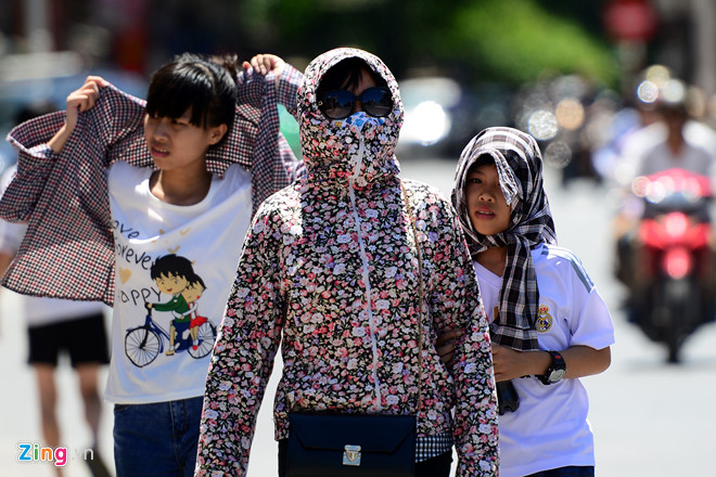 Người dân chống chọi với nắng nóng. Ảnh:Anh Tuấn.