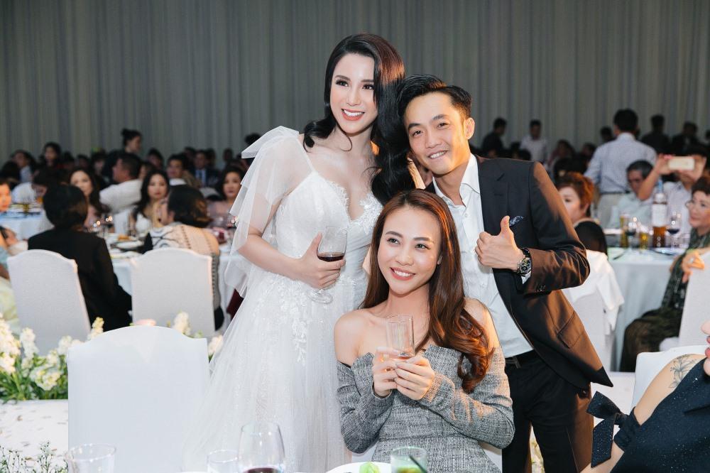 Cường Đô La và Đàm Thu Trang chụp ảnh thân thiết với cô dâu Diệp Lâm Anh