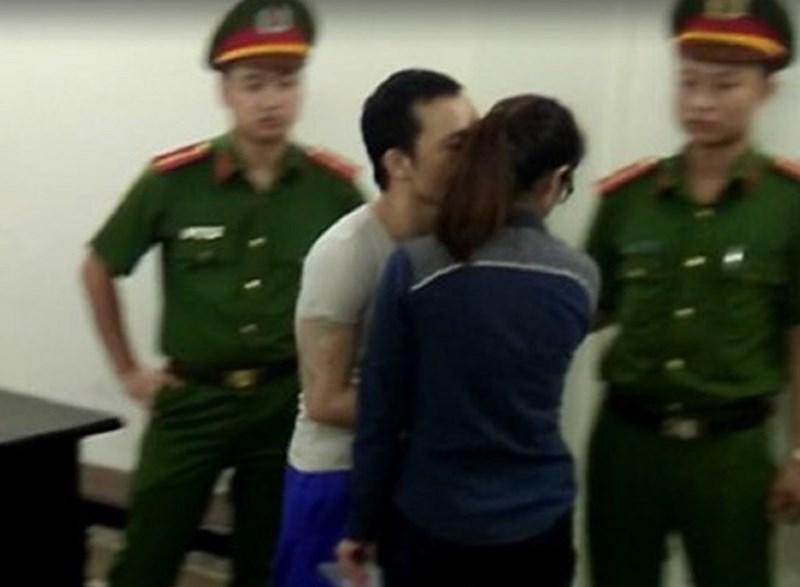 Tử tù Lê Văn Thọ hôn bạn gái trước khi rời tòa. Ảnh: Tuyến Phan