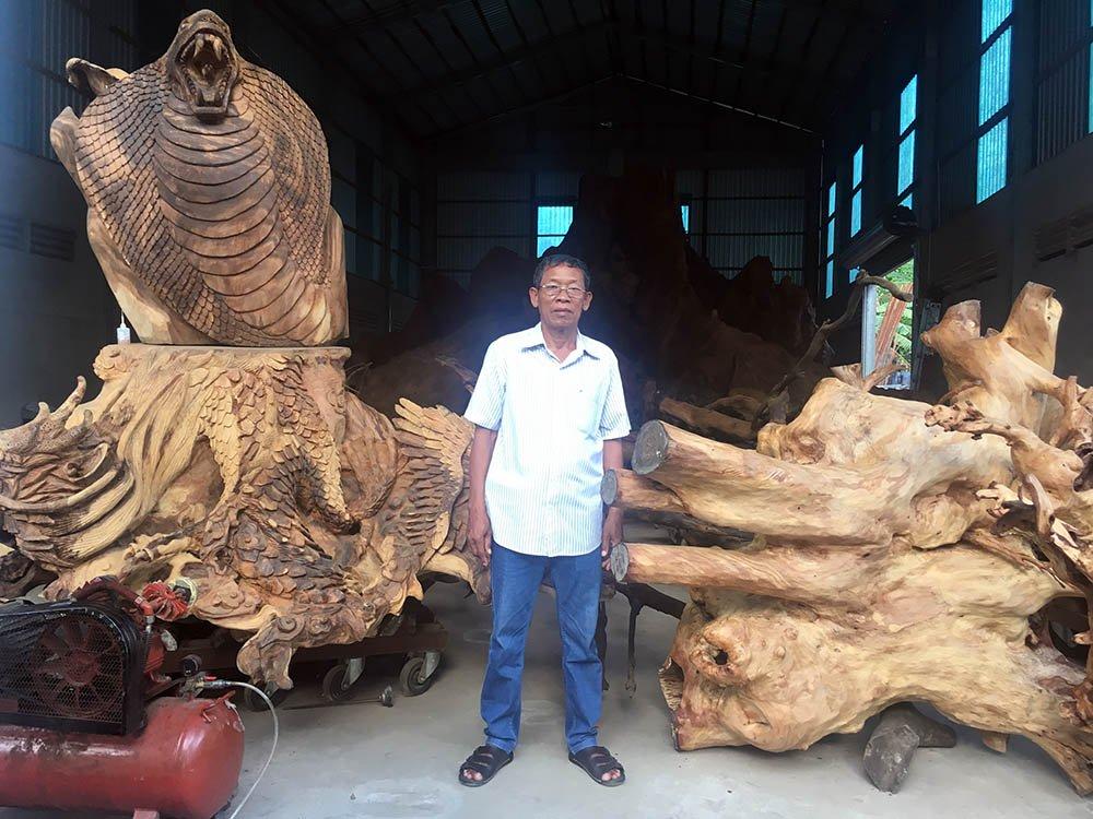 Một số phần phụ của bộ gốc, rễ bàng cổ thụ đã được ông Mai Kiên điêu khắc thành hình đầu rắn, rồng, quy, phụng,... rất đẹp mắt