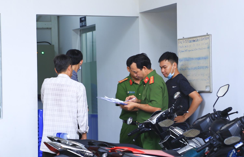 Lực lượng chức năng tiến hành thủ tục pháp y để điều tra vụ việc. (Ảnh: Xuyến Chi).