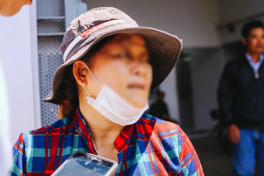 Bà Nhung khóc nghẹn trước Trung tâm pháp y, trong lúc chờ đợi đón thi thể con trai về quê.