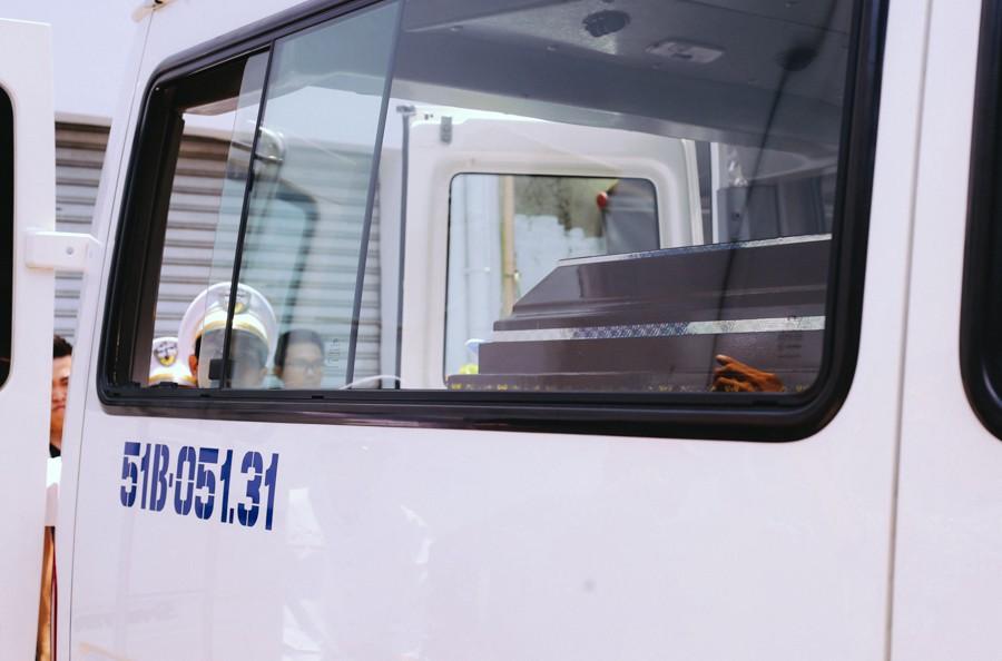 Chiếc quan tài bên trong là thi thể hiệp sĩ N. được xe tang lễ đưa về Đồng Nai.