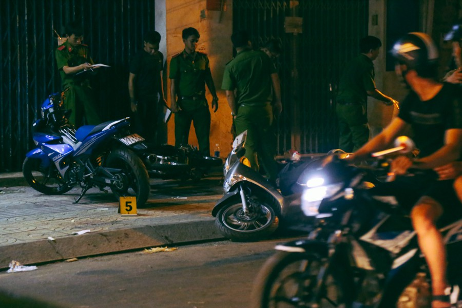 Những người đi đường đều không khỏi bàng hoàng khi nơi này xảy ra vụ cướp táo tợn, để lại hậu quả nặng nề khiến 6 người thương vong.