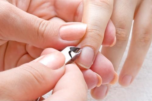 Tốt nhất nên dùng kềm để loại bỏ những sợi da xước ở ngón tay hoặc chân - Ảnh minh họa: Internet
