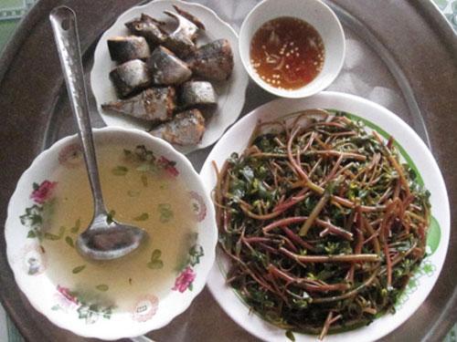Bữa cơm giản dị ngày hè với cá nướng và rau sam