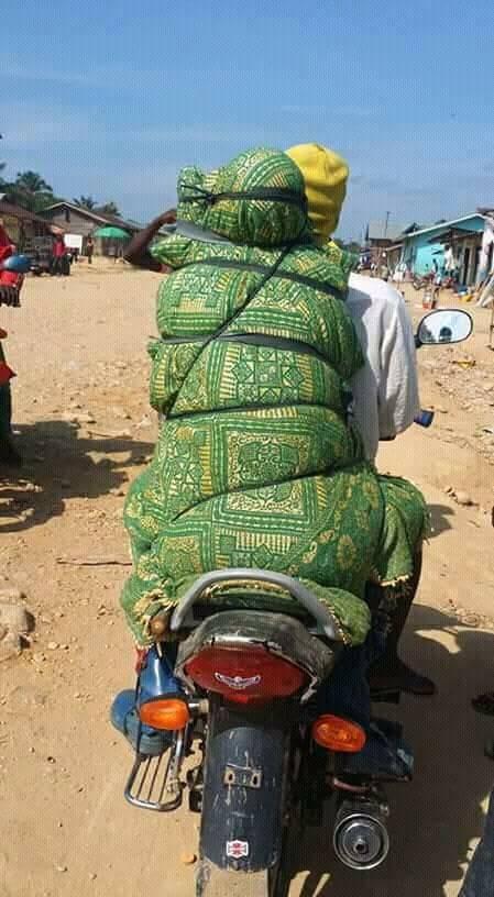 Người đàn ông buộc chặt xác vợ chở bằng xe máy