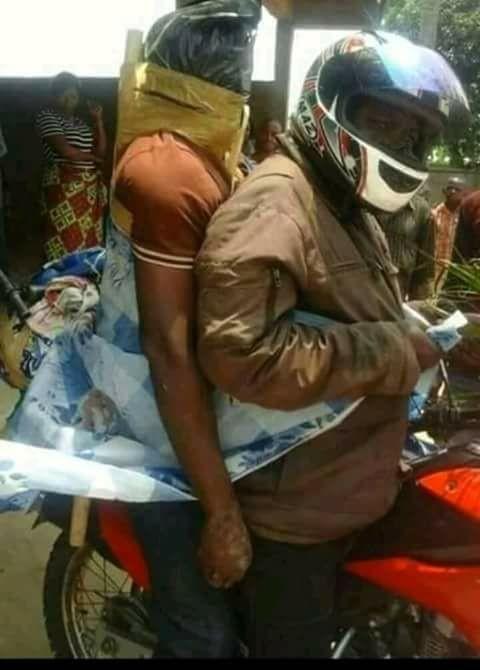 Một người đàn ông làm dịch vụ vận chuyển xác chết bằng xe máy