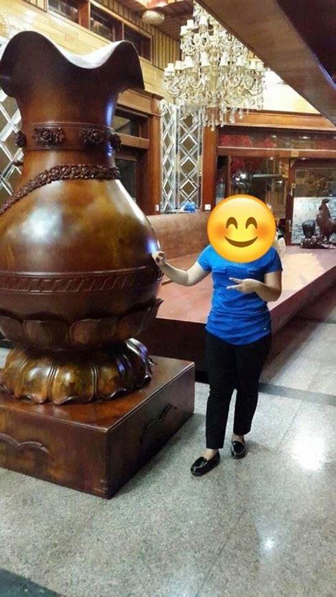 Du khách thích thú với đồ vật bằng gỗ quý nguyên khối (ảnh: DC)