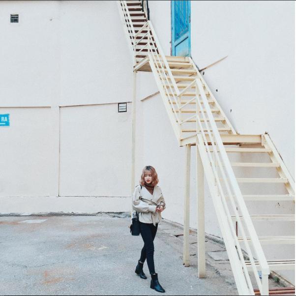 """Cầu thang cao nằm cạnh nhà sách trở thành một góc ảnh thú vị và được ống kính máy ảnh của các sinh viên tác nghiệp. Bậc thang cao vút nằm cách cổng chính của trường về bên trái chỉ tầm chục mét đã giúp nhiều sinh viên có những bức ảnh """"để đời""""."""