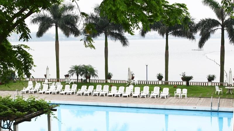 Bể bơi nằm ở ngoài trời nên các bạn hoàn toàn có thể vừa bơi vừa ngắm cảnh Hồ Tây. (Ảnh: hoabico)