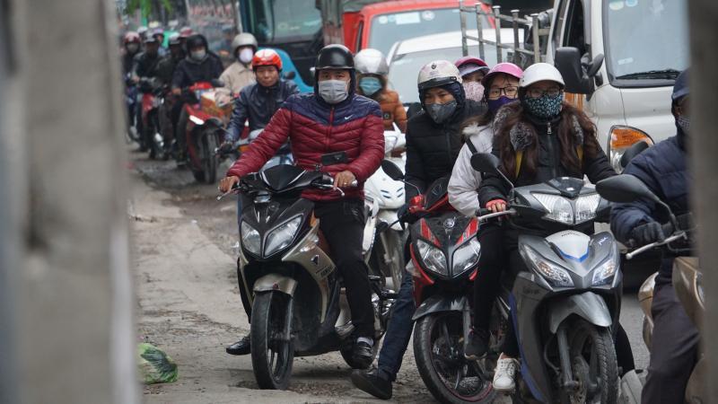 Xe máy chen chúc trên đường Nguyễn Văn Linh do bị xe tải, xe container chèn
