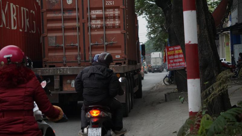 Xe container chèn hết đường xe máy