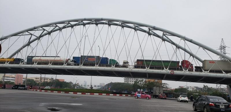 Xe container xếp hàng trên cầu vượt Lê Hồng Phong - Nguyễn Bỉnh Khiêm