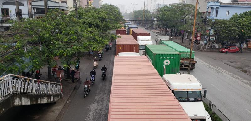 Những người dân khi có việc đi qua tuyến đường Nguyễn Văn Linh, Nguyễn Bỉnh Khiêm không ít lần thót tim vì xe tải, xe container chèn ép các phương tiện khác