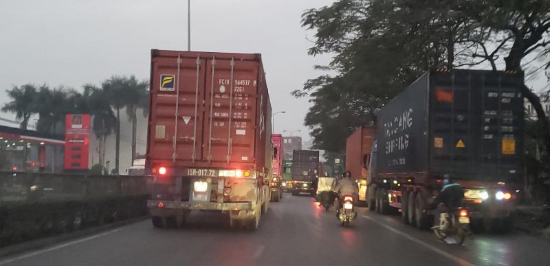 Những ngày gần đây, tuyến quốc lộ qua nội thành Hải Phòng gồm các tuyến phố Nguyễn Văn Linh, Nguyễn Bỉnh Khiêm luôn căng thẳng do tình trạng xe container, xe tải đổ dồn về cảng biển Hải Phòng. Xe container tràn sang cả làn đường dành cho xe máy, xe thô sơ khiến các phương tiện này phải đi ra giữa đường.