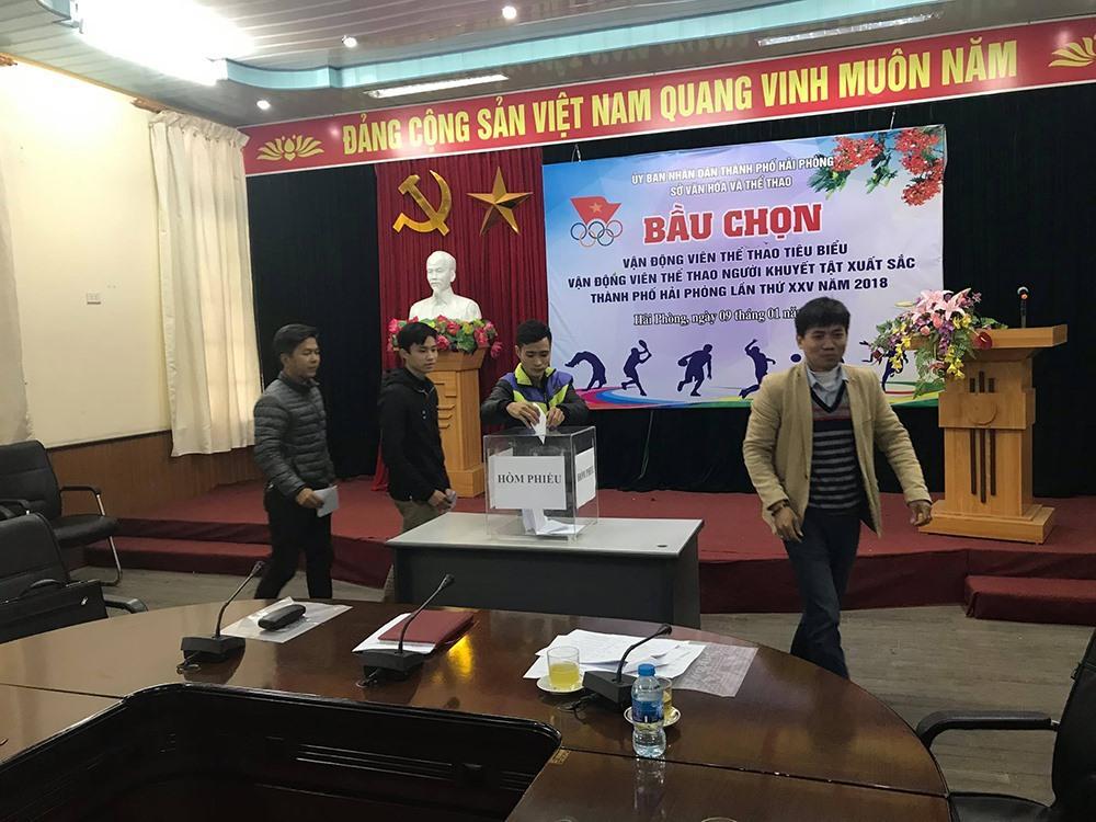 Các phóng viên tham gia bầu chọn bằng cách bỏ phiếu.