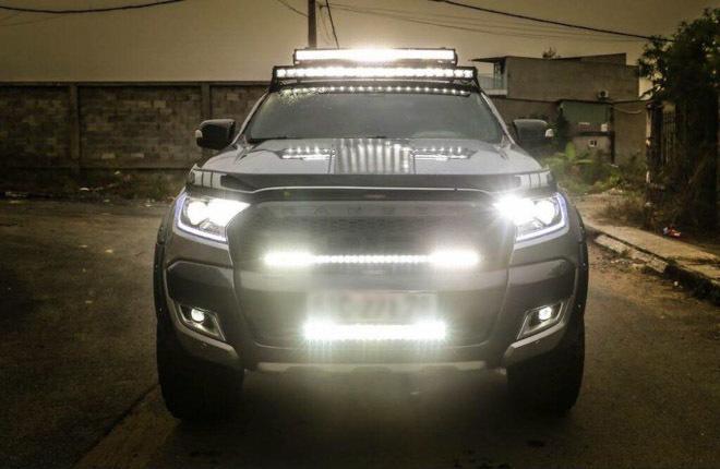 """Một chiếc xe bán tải lắp """"Full"""" đèn trợ sáng"""
