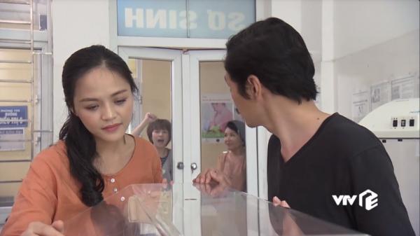 Chờ mãi không tới lượt, Dương phải đập cửa để nhắc khéo bố cho vào