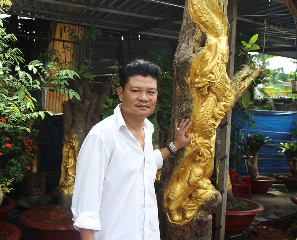 Anh Việt bên cặp Long Tranh Hổ Đấu trên cây mận già