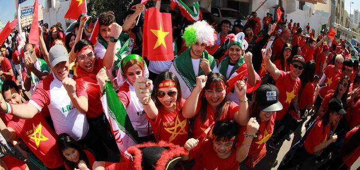 Cổ động viên hai đội Việt Nam - Iran làm