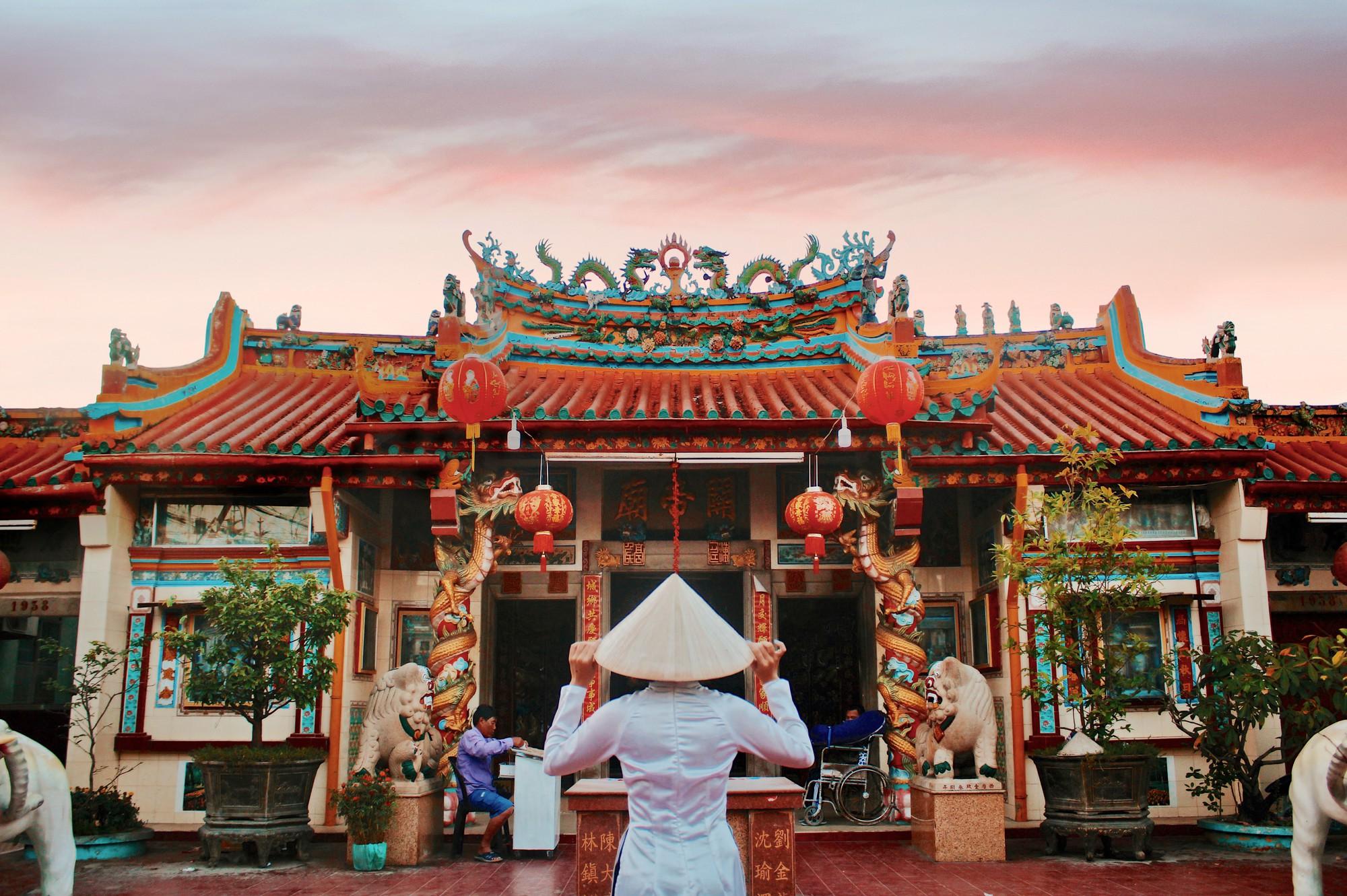 Nếu đến Bạc Liêu mà không ghé qua chùa Ông để check-in thì đúng là phí mất nửa chuyến đi rồi đó!