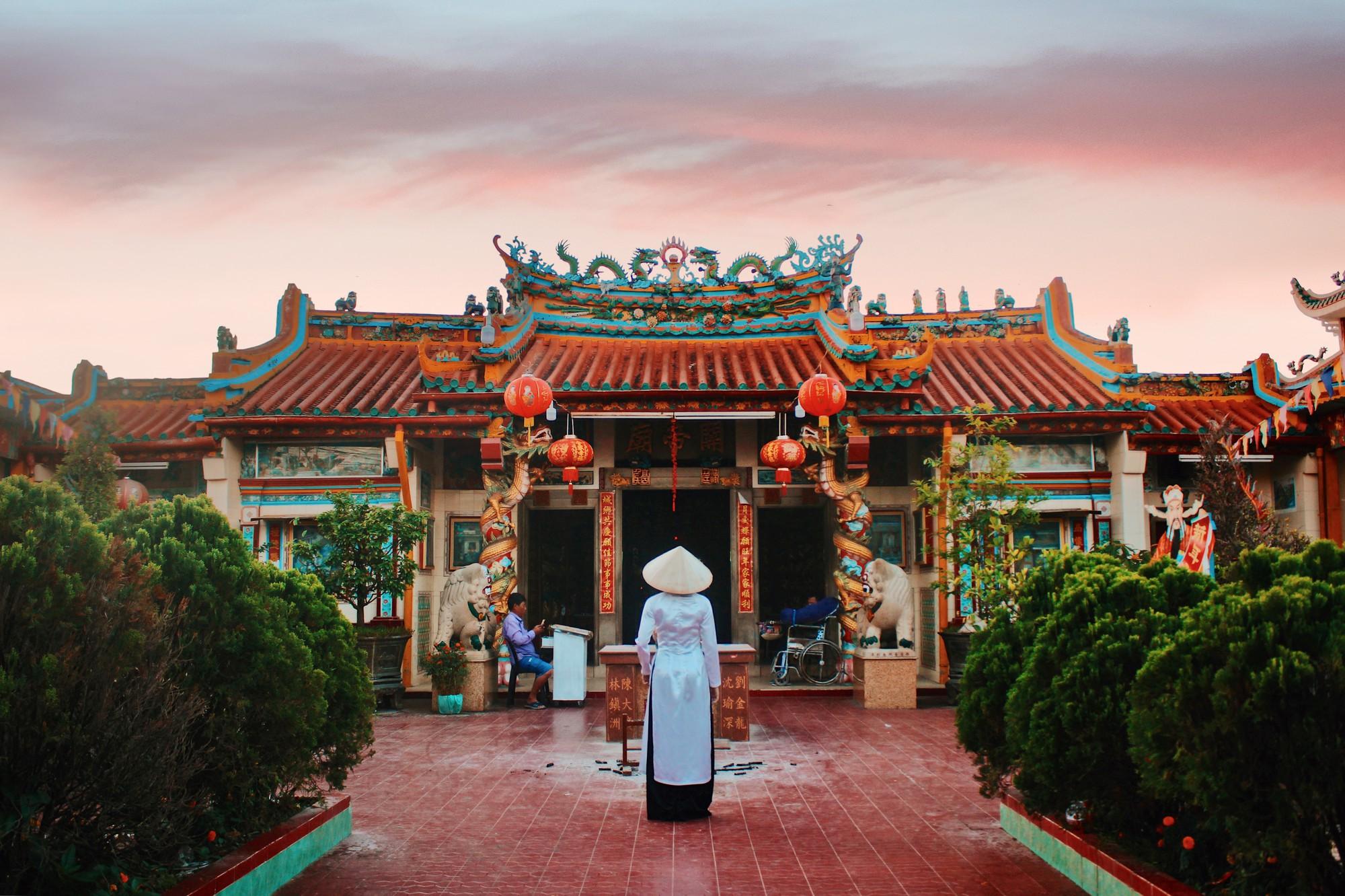 Góc hình siêu đẹp được chụp từ phía cổng hướng vào bên trong chùa.