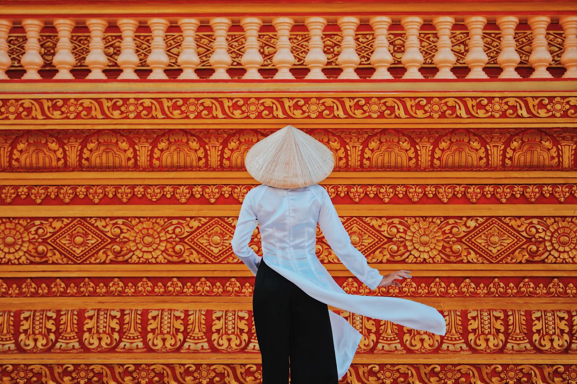 Combo aó dài - nón lá trông cực kì nổi bật khi đặt vào background của ngôi chùa này.