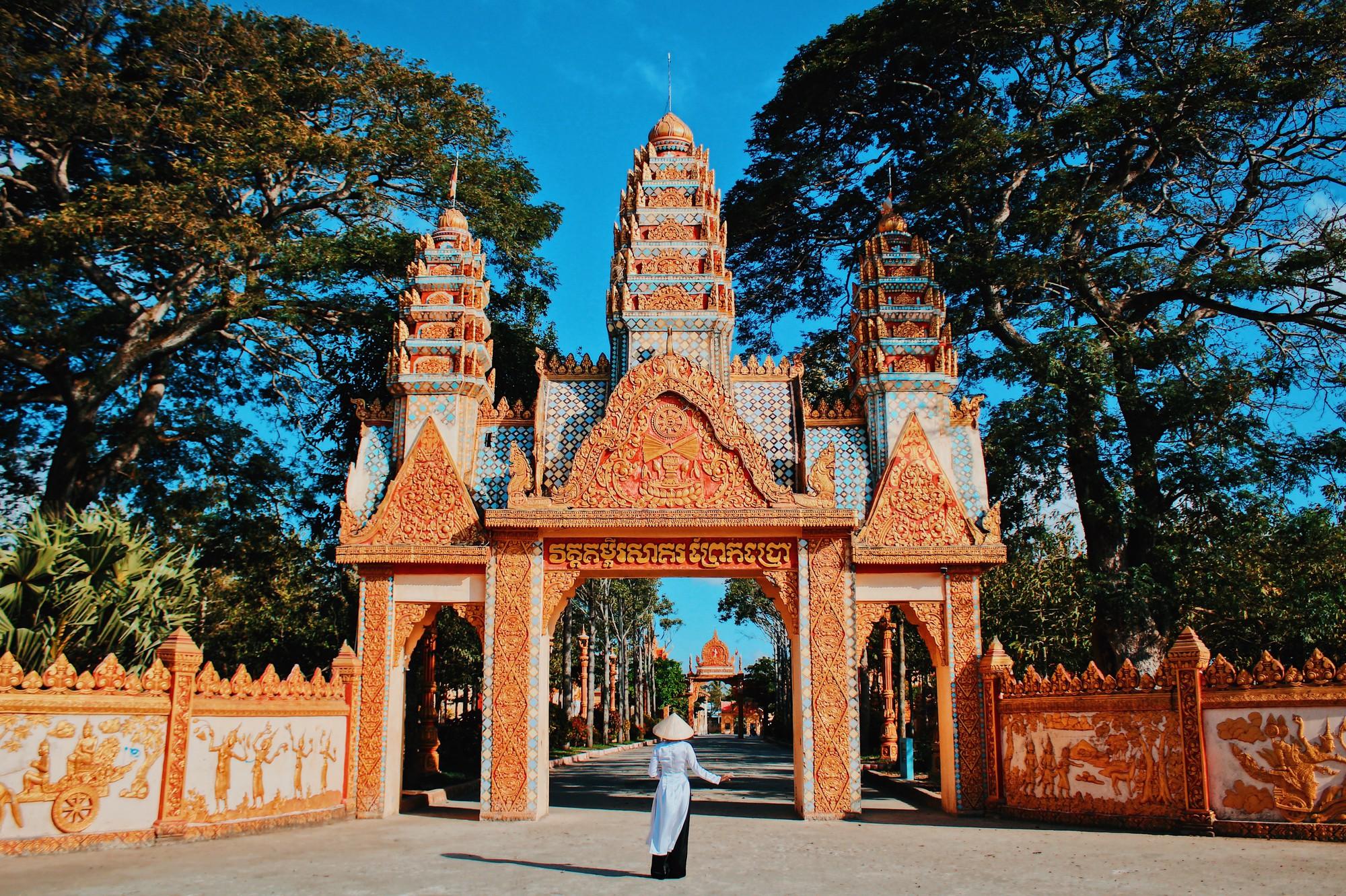 Cổng chùa Xiêm Cán là nơi được khá nhiều bạn trẻ check-in mỗi khi ghé đến.