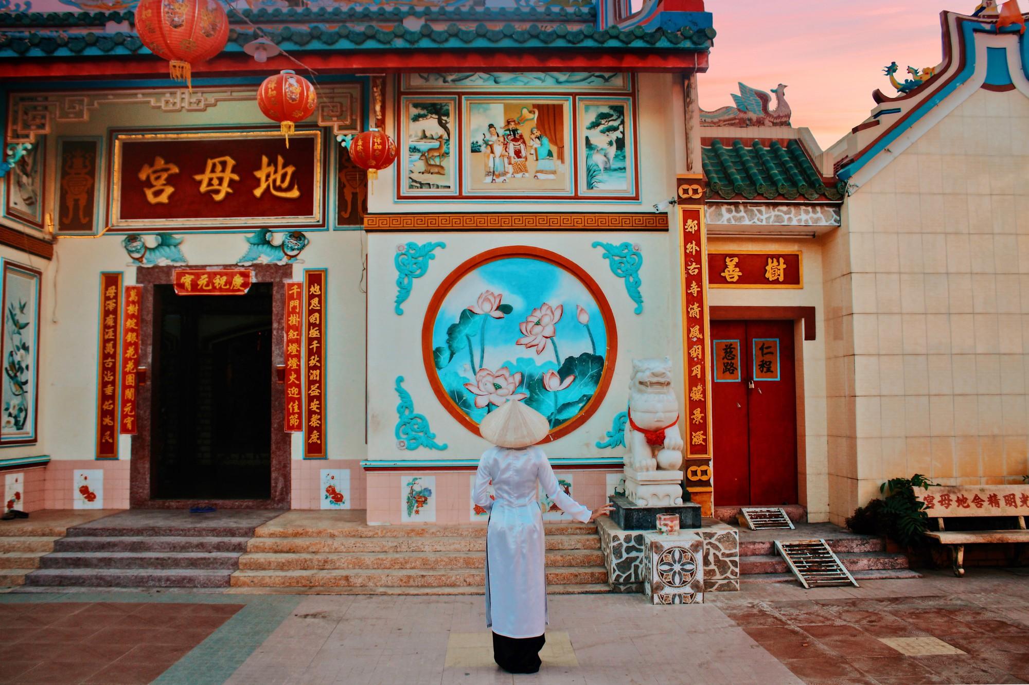 Cổng chùa được trang trí khá bắt mắt và sặc sỡ.