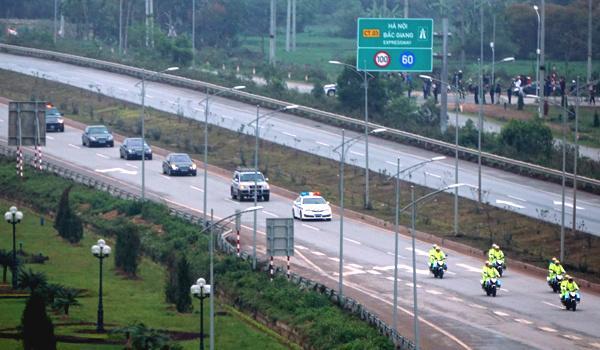 Đoàn xe của Triều Tiên chạy trên quốc lộ 1 ngày 26/2. Ảnh: Lê Anh Tú.