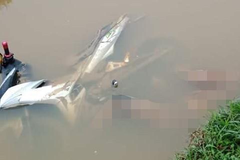 Nam thanh niên nằm ch.ết cạnh chiếc xe máy dưới mương nước.