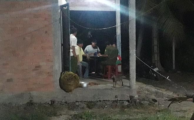 Lực lượng công an tiến hành lấy lời khai của người nhà nạn nhân.