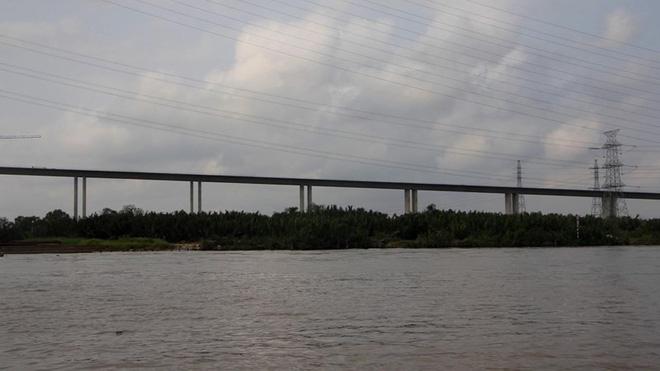 Một đoạn đường dẫn lên nhịp cầu chính đã được nối liền.