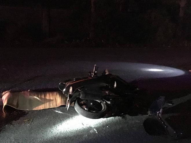 T.hi thể nạn nhân nằm bên cạnh chiếc xe máy.