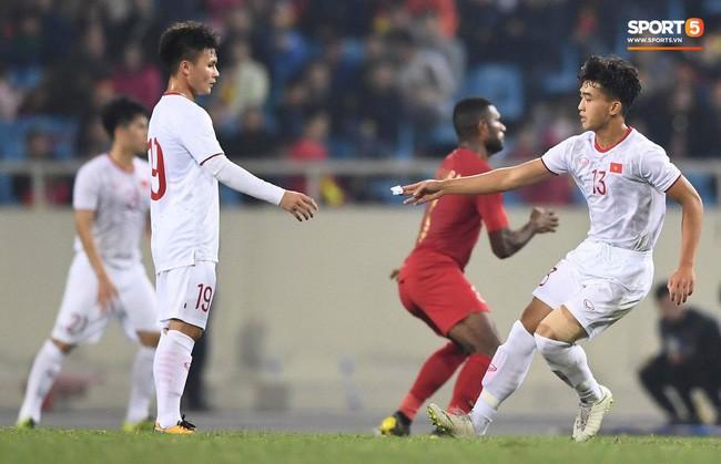 Phút 80, HLV Park Hang-seo tung tiền đạo trẻ Trần Danh Trung vào sân thay thế Đinh Thanh Bình. Ông cũng nhờ anh chuyển mảnh giấy tới đội trưởng Quang Hải. Ảnh: Tiến Tuấn.