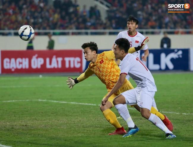 Trở lại với trận đấu, U23 Việt Nam gặp nhiều khó khăn trước lối chơi phòng ngự, thi đấu quyết liệt của U23 Indonesia. Đầu trận, Bùi Tiến Dũng suýt phải vào lưới nhặt bóng sau pha phối hợp không tốt với Thành Chung. Ảnh: Hiếu Lương.