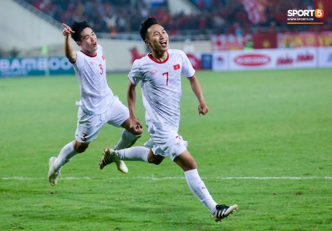 Phải đến phút bù giờ thứ 4 của hiệp 2, U23 Việt Nam mới ghi được bàn thắng sau cú đánh đầu của cầu thủ thấp bé Triệu Việt Hưng. Bàn thắng này khiến SVĐ Mỹ Đình như nổ tung vì phấn khích. Ảnh: Hiếu Lương.