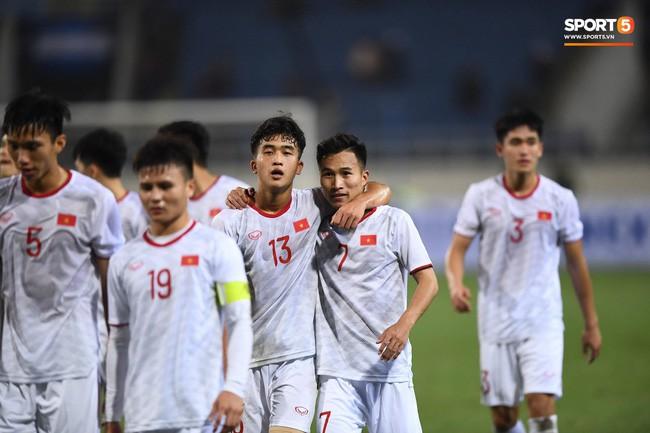 Với chiến thắng này, U23 Việt Nam giành được 6 điểm sau 2 lượt trận đầu tiên bảng K vòng loại U23 châu Á 2020. Thầy trò HLV Park Hang-seo tạm xếp thứ hai do kém hơn U23 Thái Lan về hiệu số bàn thắng bại. Ngày 26/3, U23 Việt Nam sẽ chạm trán U23 Thái Lan tại SVĐ Mỹ Đình, trận đấu có ý nghĩa quyết định đối với ngôi đầu bảng K. Ảnh: Tiến Tuấn.