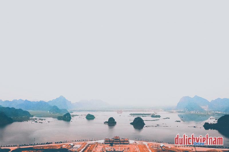 Từ trên cao nhìn xuống, chùa Tam Chúc đẹp tựa bức tranh thủy mặc với đường nét tự nhiên do tạo hóa kỳ công sắp đặt khi đặt lưng tựa núi, mặt hướng ra hồ…