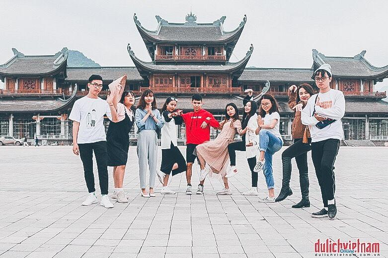 Trước chùa Tam Chúc có sân rộng và bến thuyền, được nhiều bạn trẻ yêu thích check-in