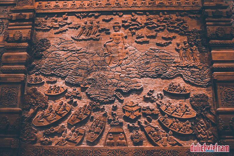 Bước vào không gian lặng yên nơi điện Phật, ngắm nhìn những họa tiết được chạm khắc công phu, người ta như tĩnh tại, mê đắm trước những nét trầm tích văn hóa sống động