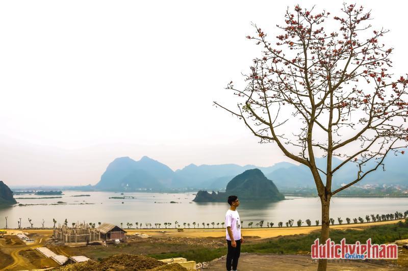 Gốc hoa gạo nở muộn trước Điện Giáo chủ được nhiều khách tham quan chụp ảnh