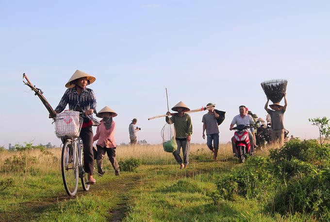 Từ mờ sáng 11/6, người dân ở huyện Nghi Xuân (Hà Tĩnh) mang lưới, nơm, vó, vợt.... tới đầm Vực (xã Xuân Viên) để tham gia lễ hội đánh cá Đồng Hoa có nguồn gốc từ hàng chục năm trước, tổ chức thường niên vào tháng 5 (âm lịch).