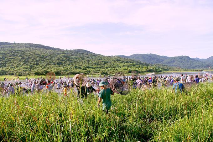 Đúng 7h, tiếng loa khai mạc vang lên, hơn 300 người mang theo ngư cụ ào xuống đập Vực bắt cá, tiếng reo hò vang khắp một vùng. Đầm Vực có chiều dài khoảng một km, hai bên rộng gần 50 m. Ngày thường, chính quyền cấm người dân đánh bắt, để dành cá cho ngày lễ hội.