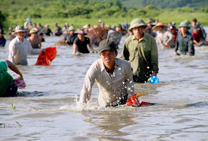 Dòng người đánh bắt theo hàng, đi từ đầu đầm đến cuối đầm, ai cũng liên tục vung nơm, lưới, vừa đi vừa reo hò. Cá tại đầm vực chủ yếu là cá lóc, cá chép, cá rô...