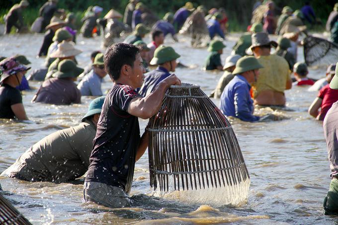 Anh Tuấn (trú xã Xuân Viên) cho biết, năm ngoái lễ hội đánh bắt được khoảng hơn 500 con cá lớn nặng 4-5 kg trở lên, năm nay thì cá ít hơn, trung bình được khoảng 250 con cá lớn, số cá nhỏ thì không kể hết.