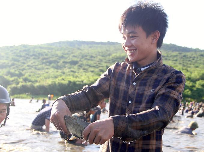 Sau khoảng 20 phút, nam thanh niên vui mừng vì nơm của mình úp được con cá chép nặng một kg.
