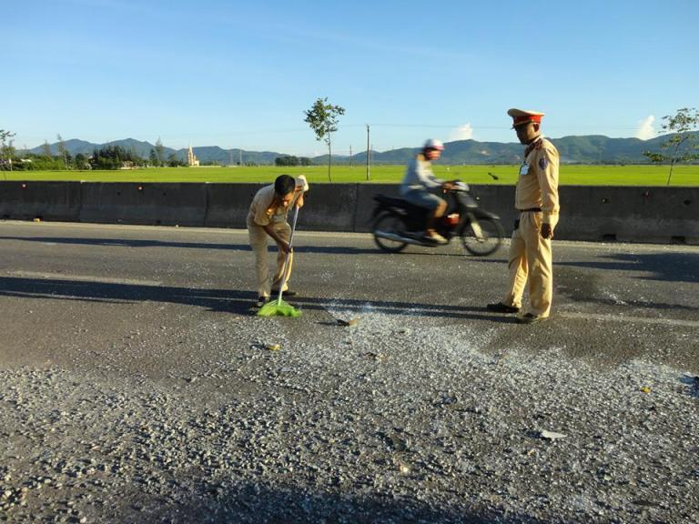 Các chiến sỹ CSGT dọn đất đá rơi vãi sau vụ tai nạn liên hoàn